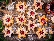 Линцерови сладки с форма на звезда и сладко от малини за коледа